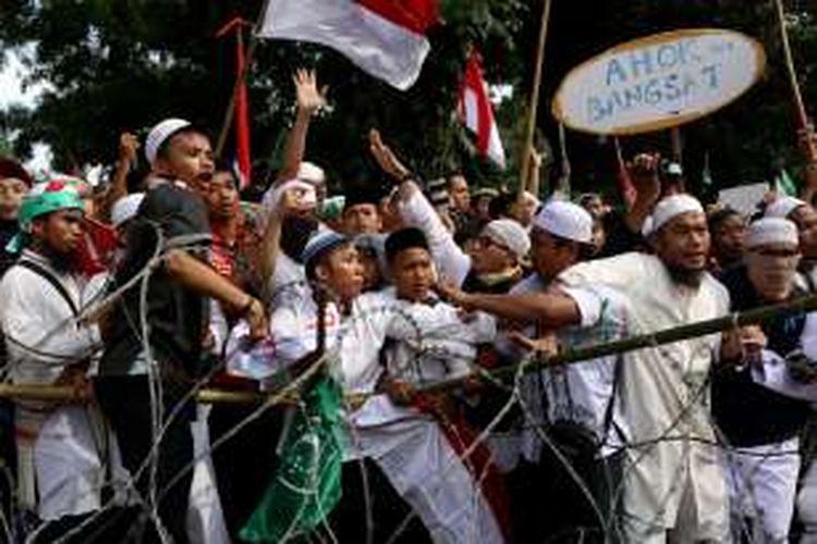 Pengunjuk rasa berkumpul di sekitar istana negara, Jakarta, Jumat, (4/11/2016). Massa menuntut proses hukum terhadap bakal calon gubernur DKI Jakarta Nomor Urut 2 Basuki Tjahaja Purnama yang dianggap telah menistakan agama.
