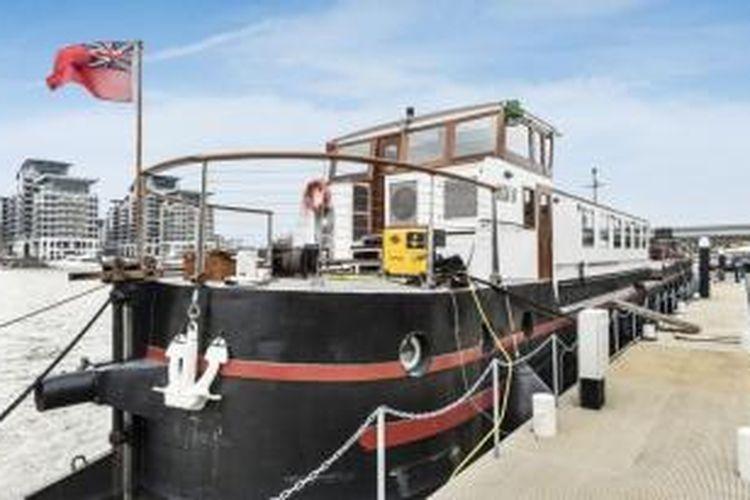 Kapal tongkang ini telah disulap menjadi rumah mewah terapung seharga miliaran rupiah.