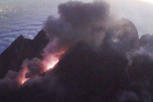 Sejumlah Wilayah di Lereng Gunung Merapi Terdampak Abu Vulkanik, Petugas Bagikan Masker