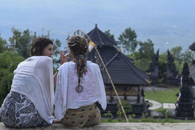 Wisatawan asing di Pura Lempuyang, Karangasem, Bali, Kamis (7/12/2017).