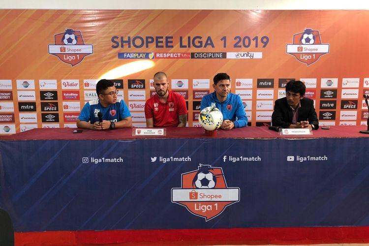 Pelatih PSM Makassar Darije Kalezic (dua dari kanan) saat hadiri konferensi pers jelang laga lawan Persib Bandung, Minggu (18/8/2019).
