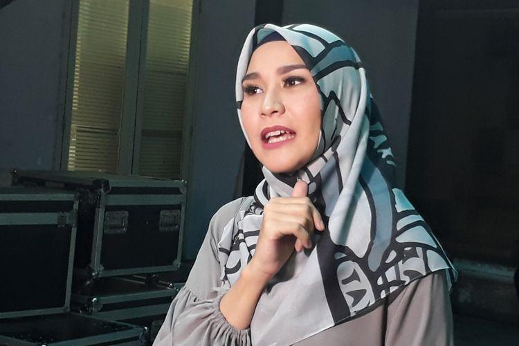 Zaskia Adya Mecca ketika dijumpai wartawan setelah mengisi sebuah acara bincang-bincang di kawasan Mampang Prapatan, Jakarta Selatan, Senin (11/9/2017).