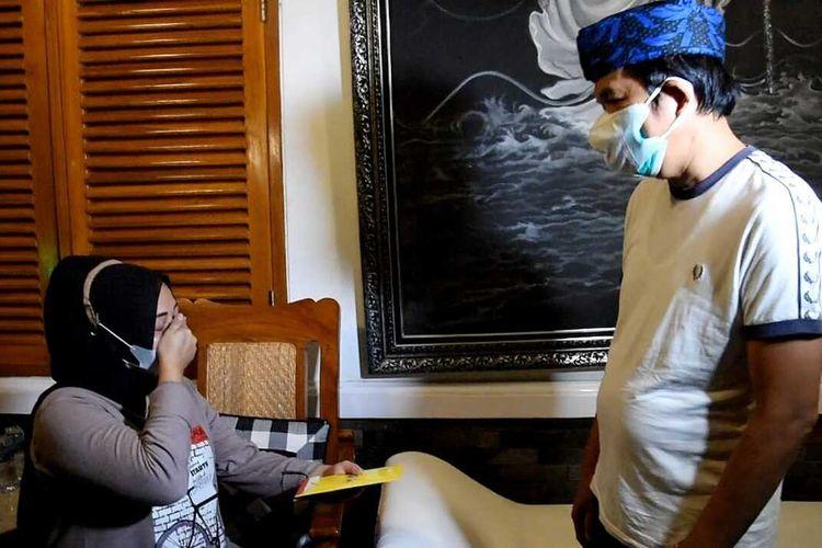 Dedi Mulyadi bertemu dengan ibu hamil pemilik warung yang videonya viral saat terkena razia PPKM Darurat di Kabupaten Purwakarta, Kamis (15/7/2021).