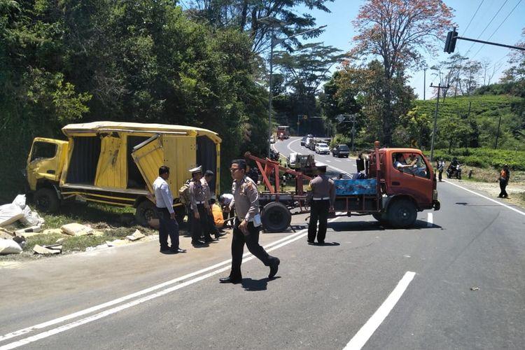 Tampak truk kuning mengalami kerusakan berat setelah terguling dan menewaskan penumpangnya di Tanjakan Emen.