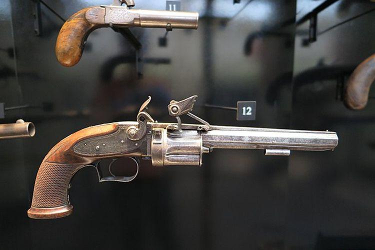 Ilustrasi senjata revolver, flintlock. [Elisha Collier/Wikimedia Commons]