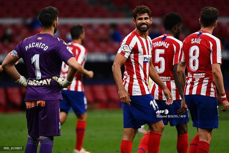 Pemain depan Atletico Madrid, Diego Costa, tersenyum pada penjaga gawang Spanyol Alaves, Fernando Pacheco (kiri) setelah mencetak gol selama pertandingan sepak bola Liga Spanyol antara Atletico Madrid dan Alaves di stadion Wanda Metropolitan di Madrid pada 27 Juni 2020.