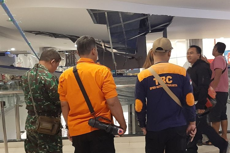 Plafon Mall Malioboro pasca ambrol setelah sambungan pipa pembuangan air hujan lepas