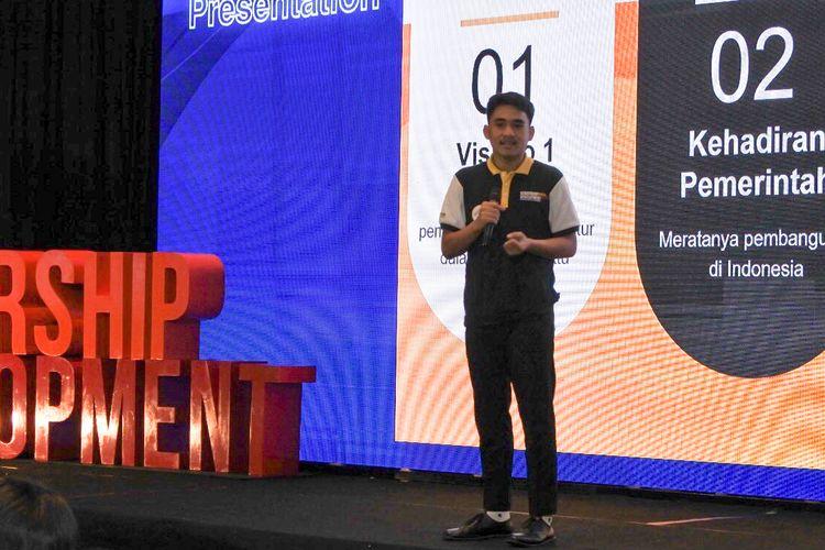 Salah satu penerima Djarum Beasiswa Plus angkatan 2019/2020, Aurelio Adolf Komuna saat mempraktikan ilmu public speaking yang didapatkannya dalam acara Leadership Development batch IV, di Hotel Harris Gubeng, Surabaya, Selasa (11/2/2020).