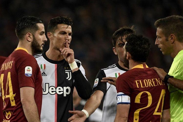 Cristiano Ronaldo tampak bersitegang dengan Alessandro Florenzi pada pertandingan AS Roma vs Juventus dalam lanjutan Serie A Liga Italia di Stadion Olimpico, 12 Mei 2019.