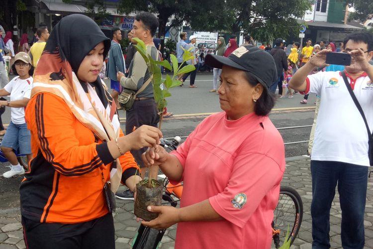 Pengunjung menukarkan sampah dengan bibit tanaman dalam acara peringatan Hari Peduli Sampah Nasional di car free day (CFD) depan rumah dinas wali kota Surakarta Loji Gandung, Solo, Jawa Tengah, Minggu (3/3/2019).