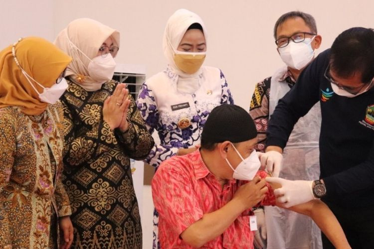 Kepala Dinas Kesehatan Jateng dr Yulianto Prabowo berserta Bupati Idza Priyanti dan pejabat terkait saat Launching Vaksinasi berbasis Prolanis di Gedung Islamic Center, Kabupaten Brebes, Jumat (27/8/2021) (Dok. Humas Pemkab. Brebes)
