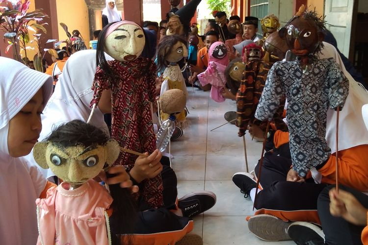 Siswa SMP Negeri 2 Baturraden, Kabupaten Banyumas, Jawa Tengah, membuat wayang cumplung yang terbuat dari batok kelapa dan botol bekas air mineral, baru-baru ini.