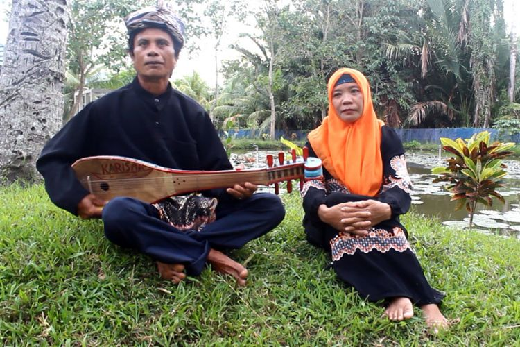 Ka amani dan Ta Mako melantunkan syair dengan iringan gambusi di Suwawa, Tradisi lisan banyak yang sulit ditemukan di tengah masyarakat Gorontalo.