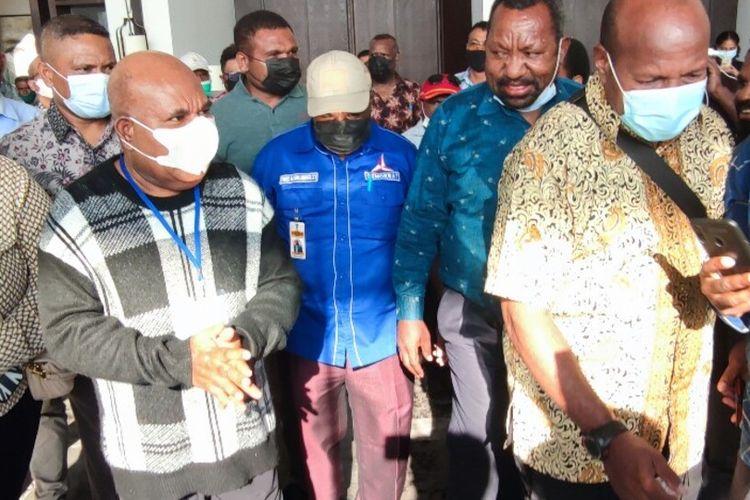 Gubernur Papua, Lukas Enembe (baju hitam abu-abu putih), hendak meninggalkan lokasi raoat yang ia gelar bersama partai koalisi pendukungnya, Jayapura, Papua,Senin (12/7/2021)