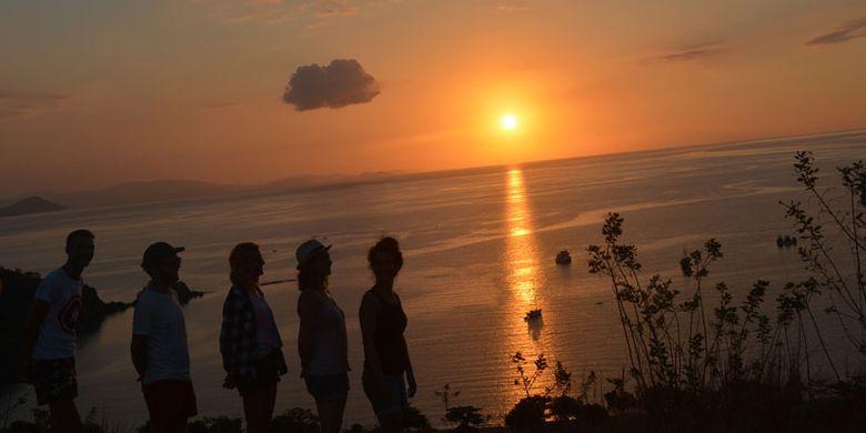 Turis mancanegara berswafoto di Bukit Silvia saat matahari terbenam, Senin (28/8/2017). Bukit Silvia sebagai salah satu bukit terbaik di pesisir Labuan Bajo untuk menikmati keindahan senja di Manggarai Barat, Nusa Tenggara Timur.