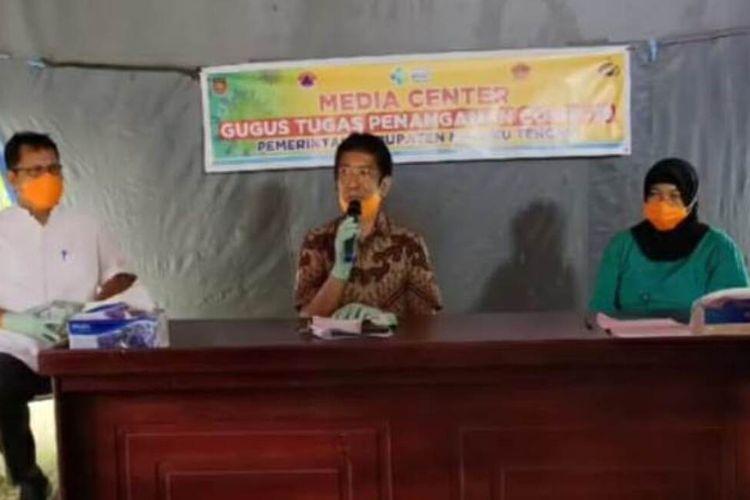 Kepala Dinas Kesehatan Kabupaten Maluku Tengah dr Jenny Adhijaya didampingi juru bicara Percepatan Penanganan Covid-10 Maluku Tengah, Bob Rahmat dan Direktur RSUD Masohi, Astuti saat memberikan keterangan pers kepada wartawan di Masohi, Kamis sore (28/5/2020)