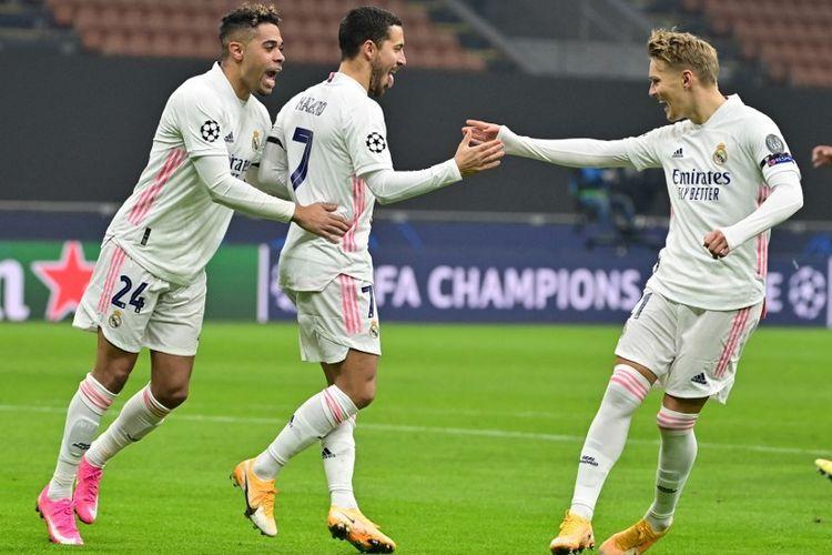 Pemain Real Madrid Eden Hazard berselebrasi usai mencetak gol penalti ke gawang Inter Milan pada laga matchday empat Grup B di Stadion Giuseppe Meazza, 25 November 2020.
