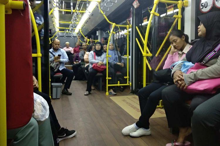 Penumpang transjakarta 13C Tosari-Ciledug, Rabu (11/4/2018).