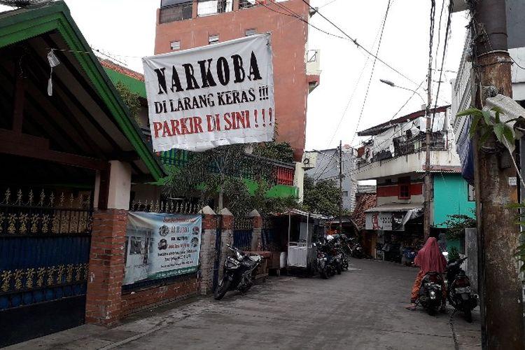 Peringatan bahaya narkoba telah terpasang sejak enam bulan terakhir di Kampung Boncos, Kel. Kota Bambu Selatan, Kec. Palmerah, Jakarta Barat pada Kamis (8/2/2108). Tulisan serupa terpasang di sejumlah gang-gang besar.