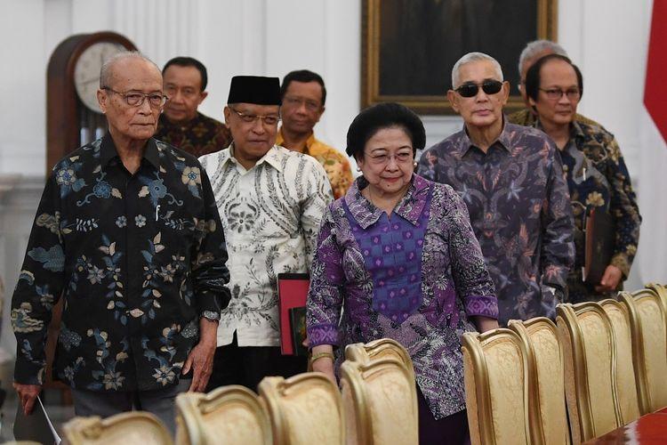 Ketua Dewan Pengarah Badan Pembinaan Ideologi Pancasila (BPIP) Megawati Soekarnoputri bersama anggota Dewan Pengarah BPIP Syafii Maarif (kiri), Said Aqil Siraj (kedua kiri), Try Sutrisno (kedua kanan), Sudhamek (kanan) serta anggota Dewan Pengarah BPIP yang lain bersiap melakukan pertemuan dengan Presiden Joko Widodo di Istana Merdeka Jakarta, Kamis (9/5/2019). Pertemuan antara presiden dengan Dewan Pengarah BPIP tersebut salah satunya membahas Peringatan Hari Lahir Pancasila. ANTARA FOTO/Wahyu Putro A/aww.
