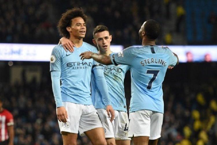 Leroy Sane, Phil Foden, dan Raheem Sterling merayakan gol Manchester City ke gawang Southampton pada pertandingan pekan ke-11 Liga Inggris di Stadion Etihad, 4 November 2018.