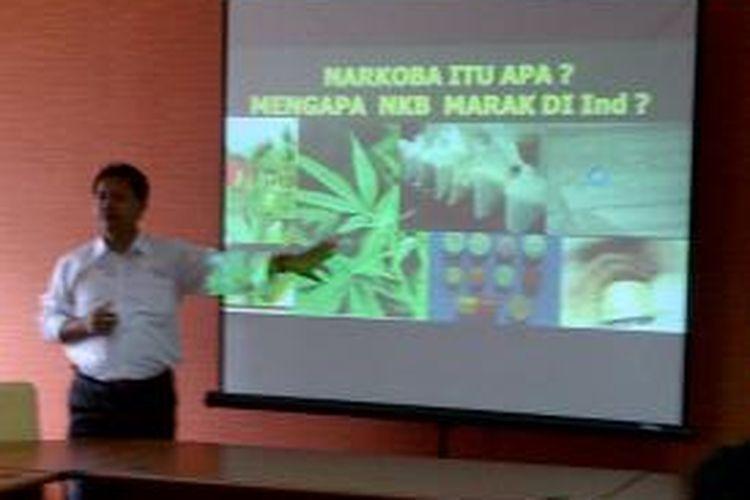 Dik Dik Kusnadi dari BNN menjelaskan bahaya narkoba dalam diskusi di gedung PWI Pusat, Jakarta, Senin (25/11).