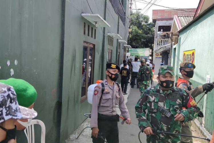 Petugas TNI-Polri dan Satpol PP melakukan penyemprotan di gang rumah Rizieq Shihab di Petamburan, Jumat (27/11/2020)