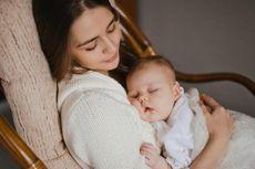 Ibu dan Bayi Jangan Tertidur Bersama di Sofa, Ini Penjelasannya