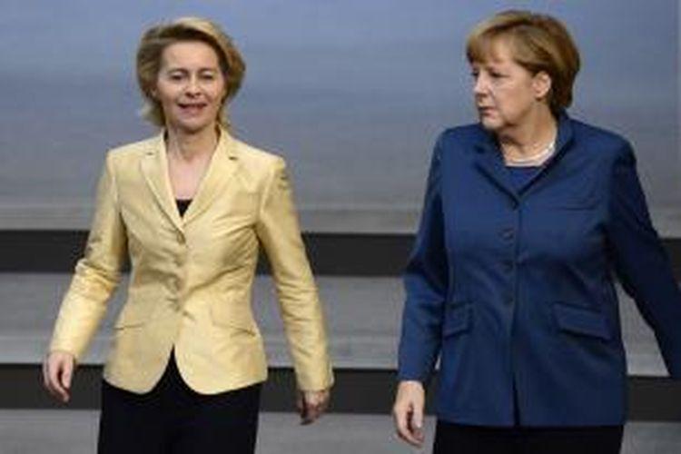 Ursula von der Leyen (kiri) dan Angela Merkel. Gambar diambil pada 18 April 2013.