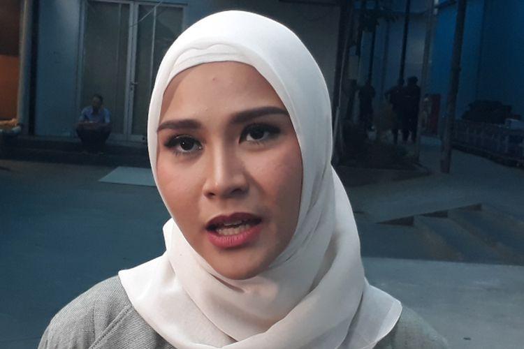 Zaskia Adya Mecca diwawancara setelah mengisi sebuah acara bincang-bincang di televisi, di kawasan Mampang Prapatan, Jakarta Selatan, Selasa (19/9/2017).