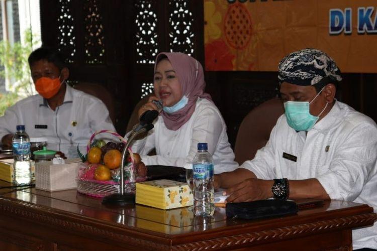 Bupati Brebes Idza Priyanti didampingi Kepala Dinkes dr. Sartono memaparkan angka kematian ibu dan bayi yang masih tinggi, di Pendapa Brebes, Kamis (15/10/2020) (Dok: Humas Pemkab Brebes)