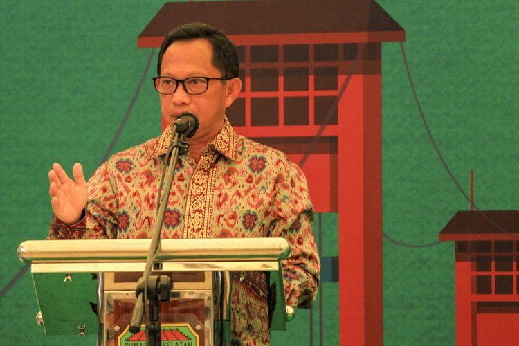 Mendagri Tito Karnavian saat memberikan paparan ketika meninjau langsung pelaksanaan vaksinasi massal di Dining Hall kompleks Jakabaring Sport City (JSC) Palembang, Sumatera Selatan, Rabu (31/3/2021).
