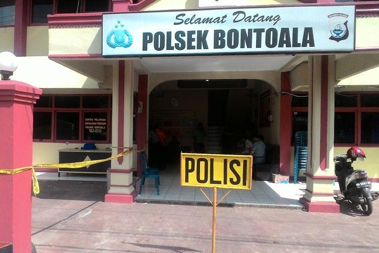 Markas Polsekta Bontoala dipasangi garis polisi pasca lemparan bom, Senin (1/1/2018).