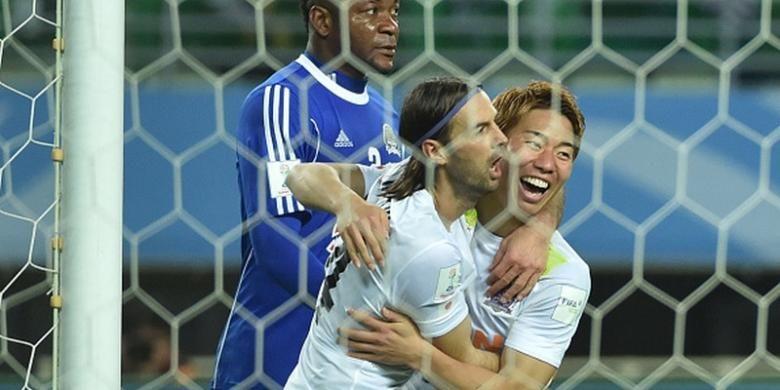 Takuma Asano (kanan) merayakan gol Sanfrecce Hiroshima ke gawang TP Mazembe pada perempat final Piala Dunia Antarklub di Osaka, Minggu (13/12/2015).