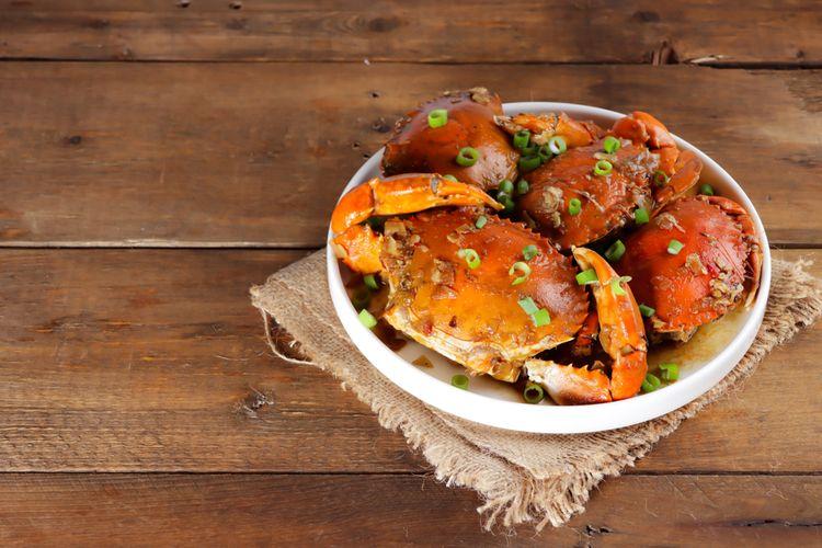 Ilustrasi kepiting saus asam manis pedas ala restoran.