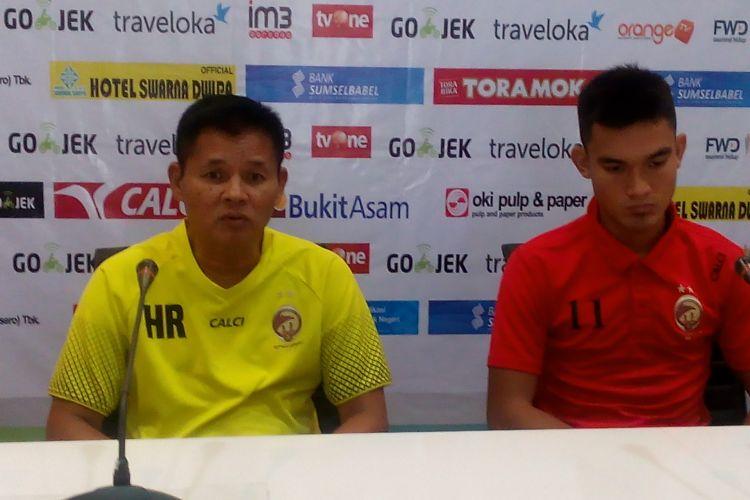 Wingback Sriwijaya FC, Zalnando bersama Hartono Ruslan di saat prescon berlangsung tadi sore.