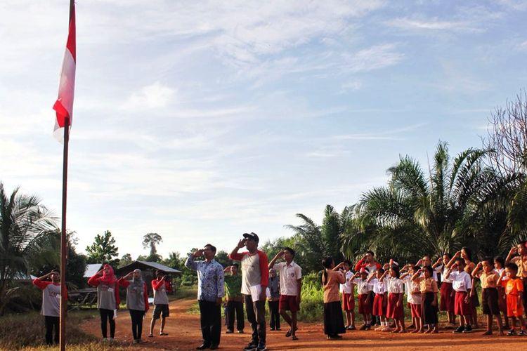 Foto Dok KJN. Kegiatan upacara bendera menjadi salah satu kegiatan baru di sekolah dia wilayah pedalaman perbatasan Kabupaten Nunukan, karena beberapa sekolah tidak mengetahui tata cara melaksanakan upacara bendera.  Minimnya perhatian membuat sebagian kegiatan sekolah berjalan apa adanya.