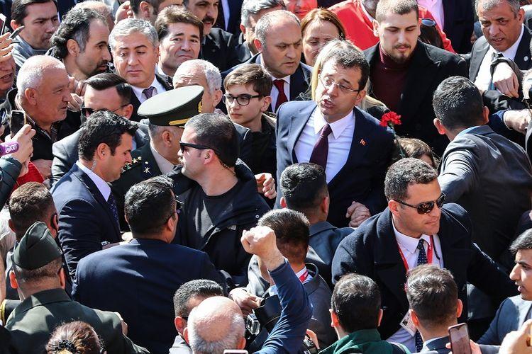 Kandidat wali kota Istanbul dari kubu oposisi CHP, Ekrem Imamoglu disambut ribuan pendukungnya saat mengunjungi makam pendiri Turki, Mustafa Kemal Ataturk, Selasa (2/4/2019). Imamoglu mengklaim kemenangan di Istanbul meski partai berkuasa AKP masih mempermasalahkan hasil pemilu lokal.