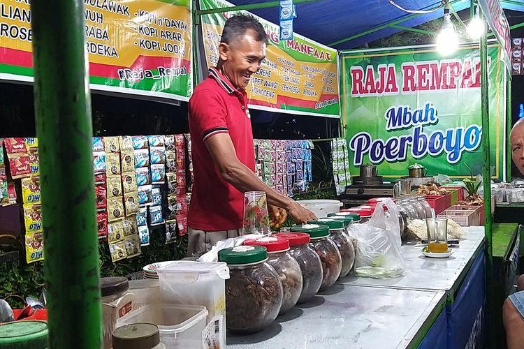Mbah Poerboyo sementara melayani warga yang memesan jamu tradisional di warungnya di pinggir alun-alun Kota Madiun, Rabu (4/3/2020). Permintaan jamu tradisional jualannya dalam tiga hari terakhir.