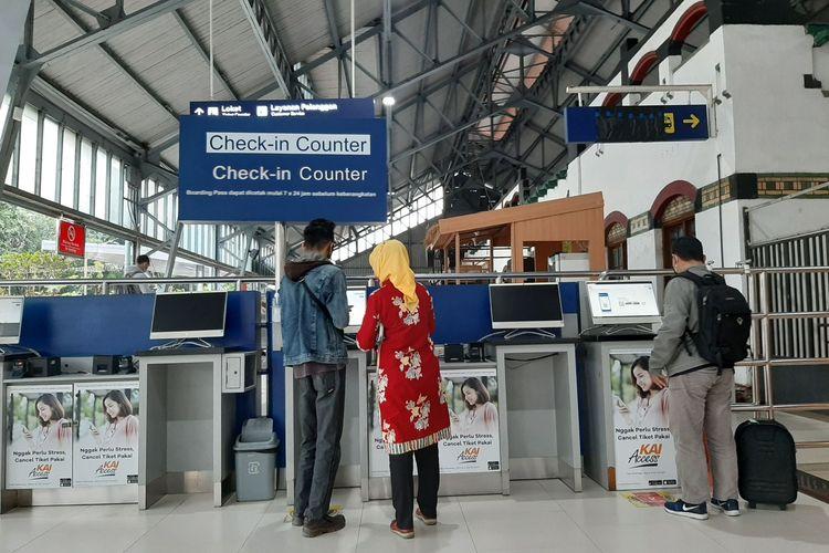 Calon penumpang di Stasiun Tawang Semarang, Selasa (22/12/2020).