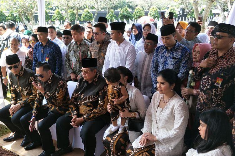 Presiden keenam RI Susilo Bambang Yudhoyono dan keluarga besarnya ziarah ke makam almarhum Ani Yudhoyono di Taman Makam Pahlawan Kalibata, Jakarta Selatan, Rabu (5/6/2019).