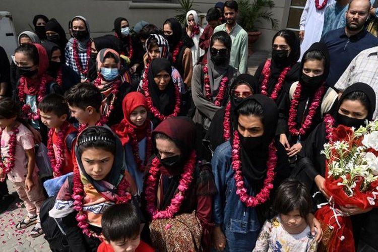 Anggota tim sepak bola putri nasional Afghanistan tiba di Federasi Sepak Bola Pakistan (PFF) di Lahore pada 15 September 2021, sebulan setelah Taliban kembali berkuasa, kata pejabat.