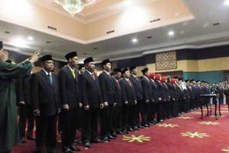 50 orang anggota DPRD Kabupaten Bogor periode 2014-2019, dilantik dan diambil sumpahnya, di Gedung Tegar Beriman, Cibinong, Kabupaten Bogor, Rabu (27/8/2014). K97-14