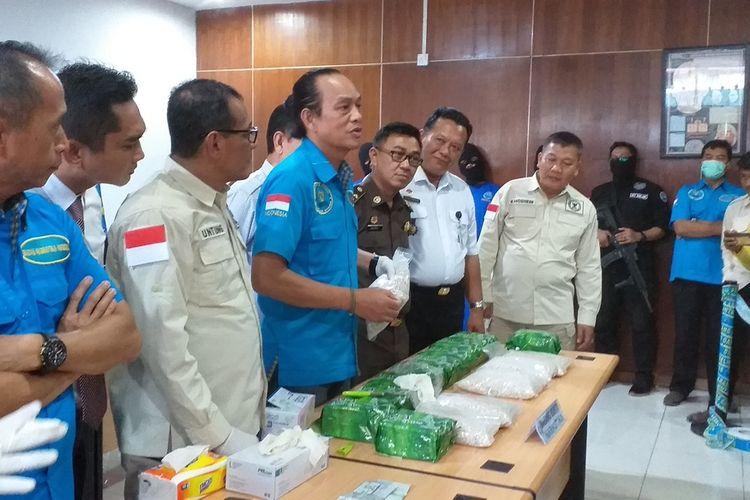 BNN RI mengadakan konferensi pers di Kantor BNNP Riau di Pekanbaru, terkait pengungkapan kasus narkotika yang melibatkan anggota polisi, Rabu (19/2/2020).