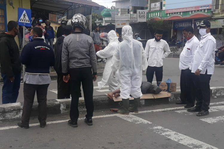 Suasana evakuasi seorang anak berinisial HR (12), seorang anak yang ditemukan tertidur di marka jalan di Simpang Wariji, Kampung Blang Kolak I, Takengon, Aceh Tengah.
