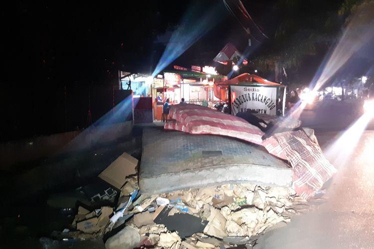 Tumpukan sampah, antara lain berupa kasur bekas, yang muncul sebagai akibat banjir besar pada 1 Januari 2020 masih terlihat di Jalan Raya Duri Kosambi, Cengkareng, Jakarta Barat, Kamis (9/1/2020).
