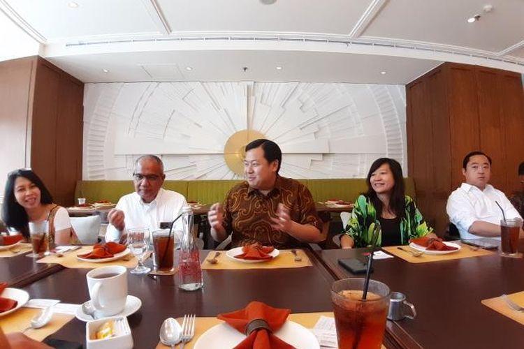 Advisor Lippo Cikarang Henry Riady (tengah) dan Chief Marketing Officer Meikarta, Lilies Surjono (kanan) memaparkan proses pembangunan Meikarta di Jakarta, Kamis (16/1/2020).