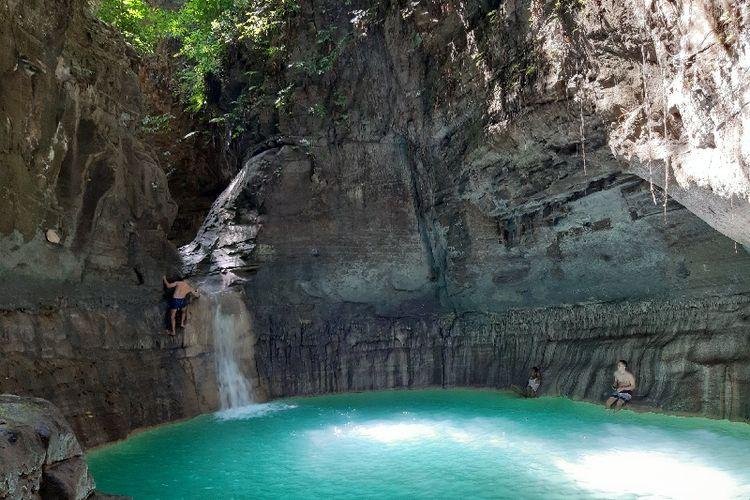 Air berwarna hijau tosca di kolam tingkatan kedua. Kolam ini paling hits dibandingkan dengan kolam di tingkatan pertama dan ketiga.
