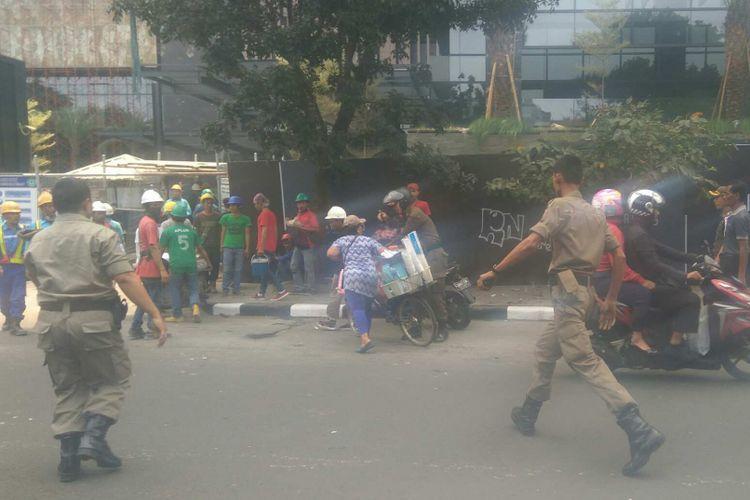 Pedagang kaki lima (PKL) di Jalan Senopati, Kebayoran Baru, ditertibkan oleh Satpol PP karena berdagang di trotoar, Rabu (9/8/2017).