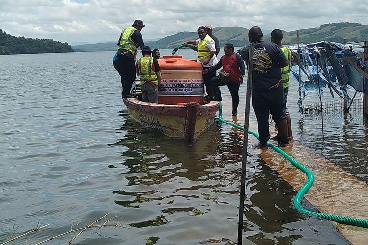 Masyarakat dari Kampung Ayapo, Distrik Sentani Timur,  Kabupaten Jayapura, sedang mengambil air bersih di Posko Air Bersih yang dibuka BWS Papua di Batas Kota, Distrik Heram, Kota Jayapura, Papua.